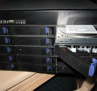 Installing disks into the Norco RPC-4220 DAS/ SAS Expander Enclosure