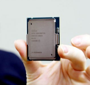 Intel Xeon E7 V3 Chip Shot